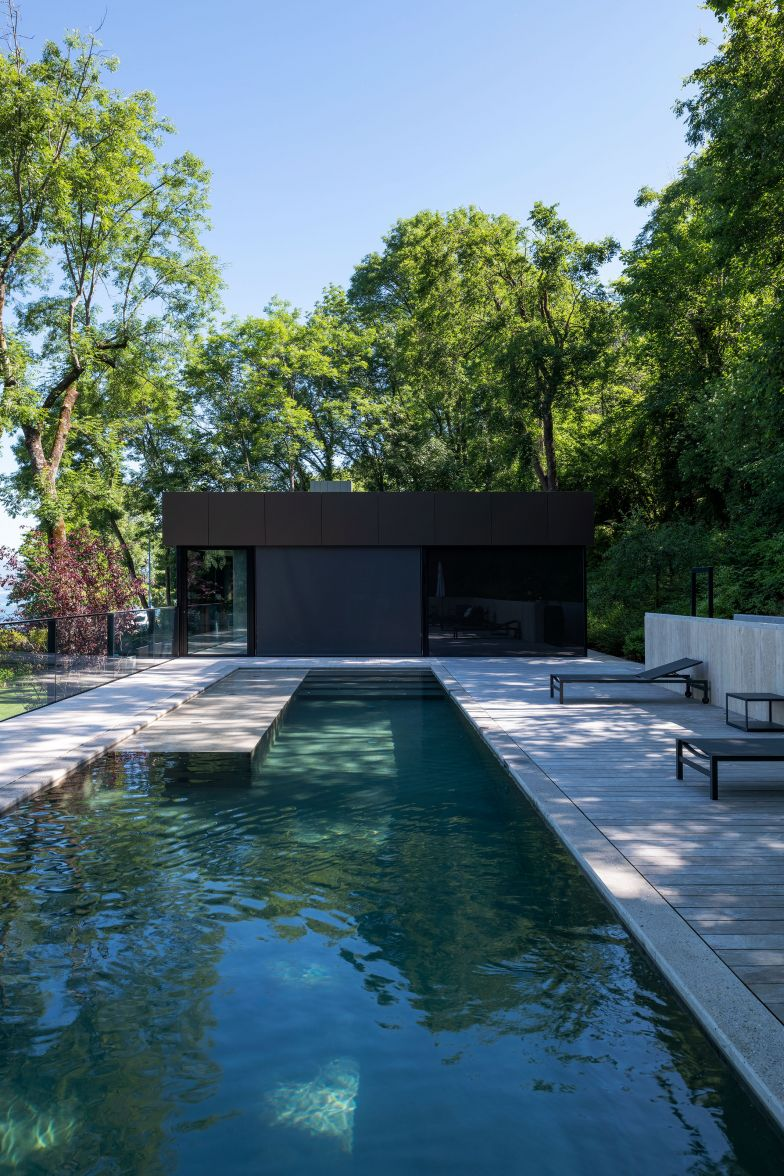 La piscine de l'étage supérieur a été réaménagée à la demande des constructeurs, le permis avait déjà été obtenu.