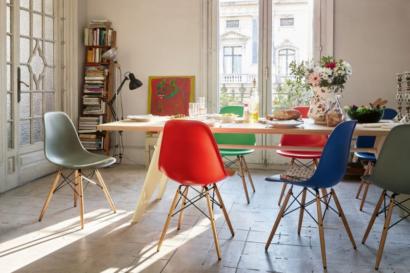 Vitra Klassiker: «Eames Plastic Slide Chair», Design Charles & Ray Eames, und «EM Table», Design Jean Prouvé.